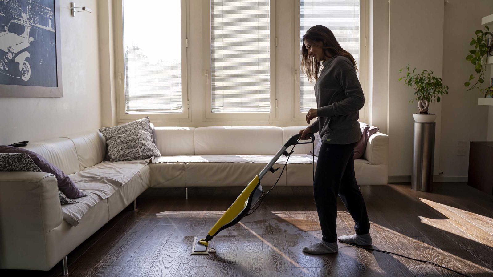 Igienizzare i pavimenti con il pultire a vapore