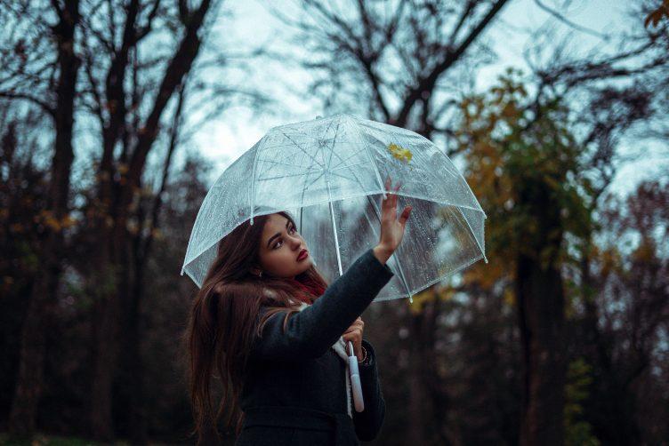 Come vestirsi se piove? Outfit e accessori must have